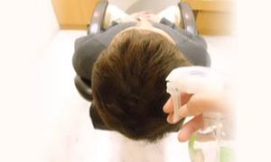 精製水で頭皮を濡らす画像